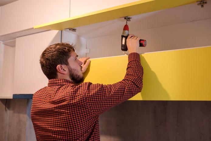 Als je de keuken in een andere kleur wil, kun je daarvoor wrapfolie gebruiken.