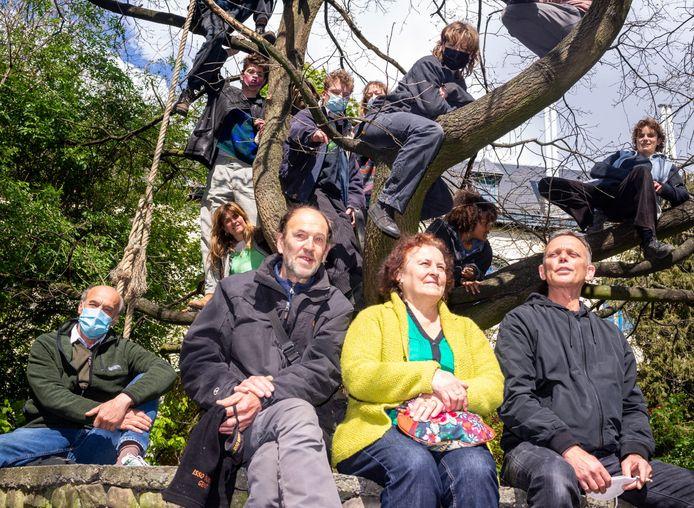 Vlnr.: Luc Rogiest, Luc Emmery, Mia Verstraete en Pol Dhuyvetter bezetten destijds Het Pand. In de boom zit de huidige generatie krakers.