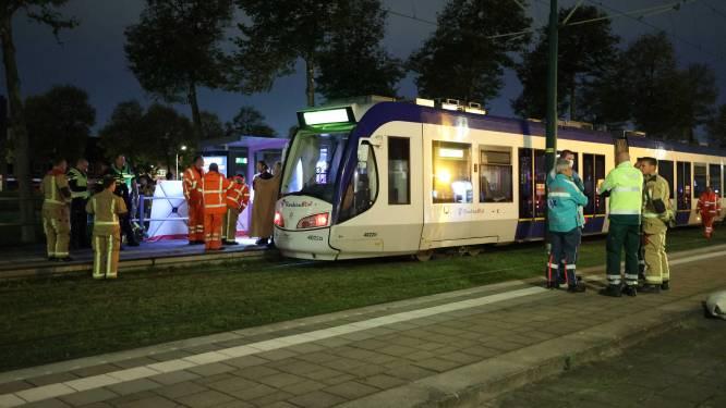 Man sterft nadat hij voor tram geduwd wordt in Nederland, drie tieners opgepakt