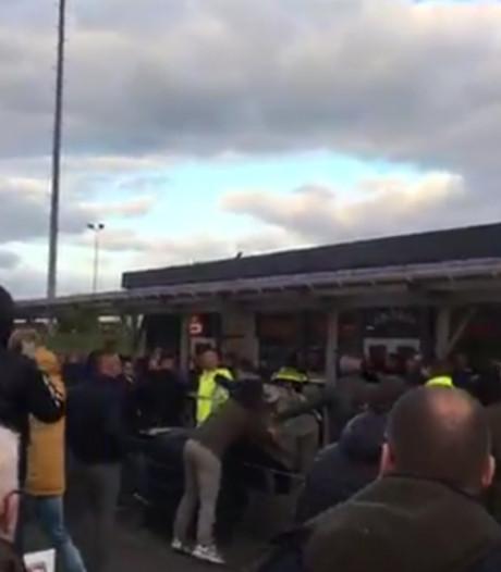 Rellende supporters, rode kaarten en drijfnatte trainer