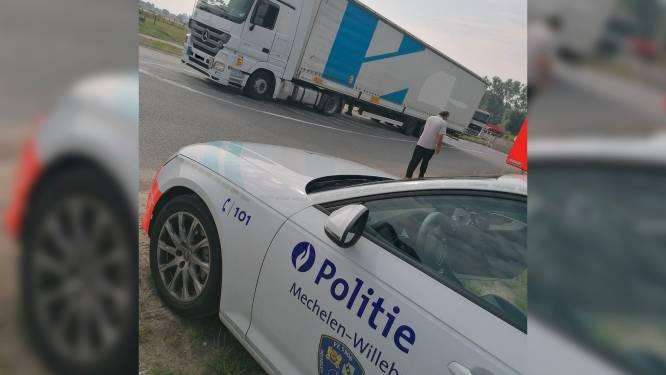 """""""Hebben jullie niets beter te doen?"""": Chauffeur (46) boos na controle op zwaar vervoer, maar zijn vrachtwagen mocht eigenlijk niet meer op de baan"""