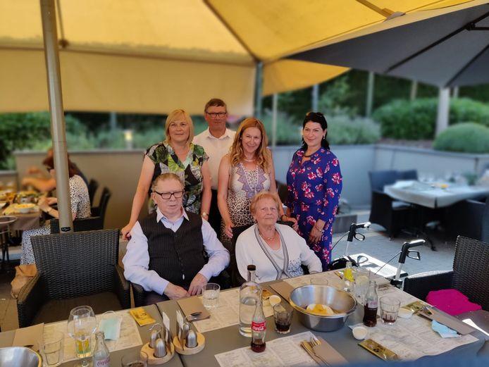 Platina jubileum voor Daniël Vos (89) en Anna De Keyser (88). Foto is getrokken tijdens een etentje in restaurant Vital in Gelrode, samen met hun vier kinderen.