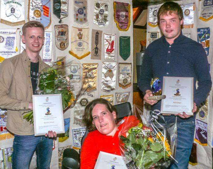 Rick Kemper (rechts) mag zich de eerste 'Sallandse Kei' noemen. Naast hem de twee andere finalisten: Sanne Dasselaar en Reindert Aberson.