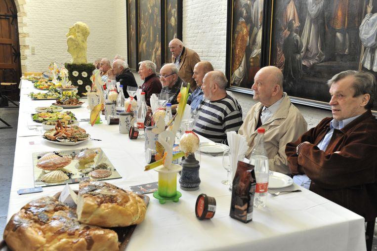 Op Witte Donderdag worden twaalf alleenstaande bejaarden uitgenodigd om samen te dineren aan de Pelgrimstafel. Beeld Laenen