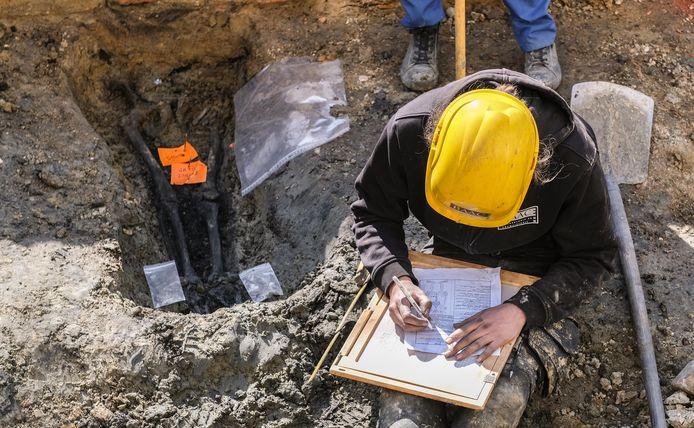 Om zoveel geraamtes op te graven zijn extra archeologen nodig.