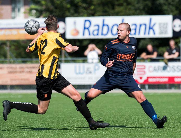Bart Roelofs (rechts) opende de score namens Montfoort SV'19. De thuisclub stelde de zege pas in de slotfase zeker.