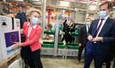 Commissievoorzitter Ursula von der Leyen en de belgische premier Alexander de Croo plaatsen een EU-sticker op een doos met vaccins in de fabriek van Pfizer in Puurs, België.