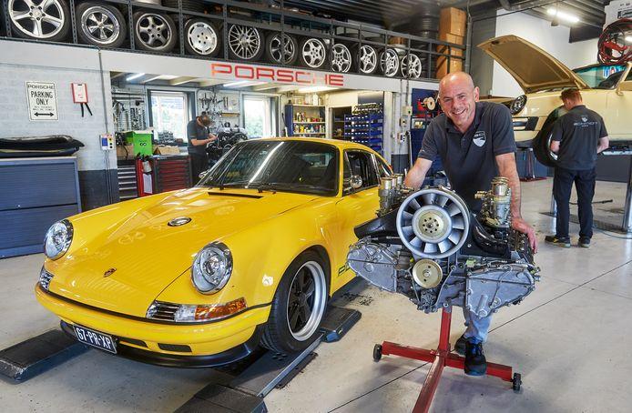 """Frank Schmidt in zijn garage in Oss. Naast een klassieke Porsche die bij het bedrijf geheel gemoderniseerd en naar wens van de eigenaar is samengesteld. ,,Ik reviseer nog graag een motor."""""""