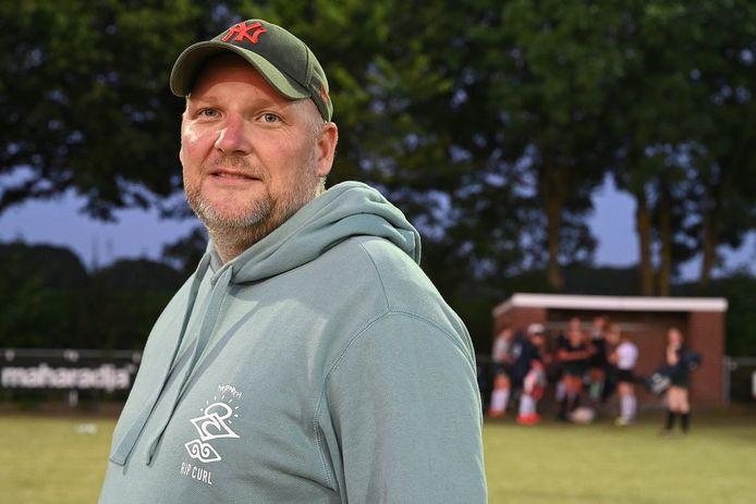 Trainer Pim Schipper, met op de achtergrond speelsters van Civicum.