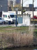 De achterkant en zijkant van het bushokje aan de Waterlei in Osseveld-Woudhuis is flink vernield.