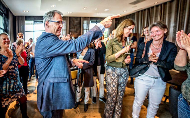 Applaus van FNV-personeel voor Han Busker na de positieve uitslag van het referendum over de pensioenen. Beeld Raymond Rutting / de Volkskrant