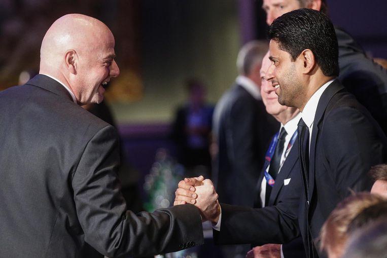FIFA-president Gianni Infantino groet Nasser Al-Khelaifi tijdens een congres in Rome. Beeld EPA