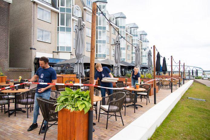 Aan de Waalkade hebben Stefan, Arne en Sandra (vlnr) een nieuwe horecazaak, grand-café Waterwolf, geopend.