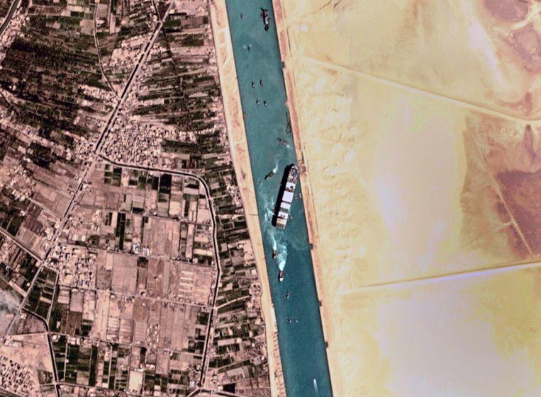 Een satellietfoto van het vastgelopen containerschip Ever Given. Beeld AP