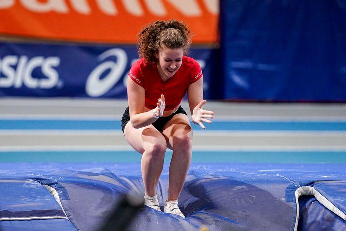 Fleur van der Linden viert haar geslaagde sprong over 4,01 meter, wat haar de Nederlandse indoortitel bij het polsstokhoogspringen opleverde