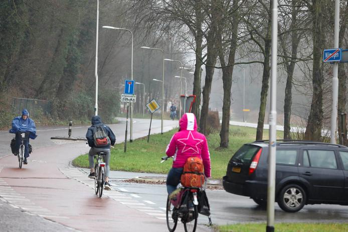 Spookrijdende fieter op de Ubbergseweg. Onderaan de heuvelrug wordt dit jaar een vrijliggend fietspad in twee richtingen aangelegd. Auto's mogen er dan niet meer in.