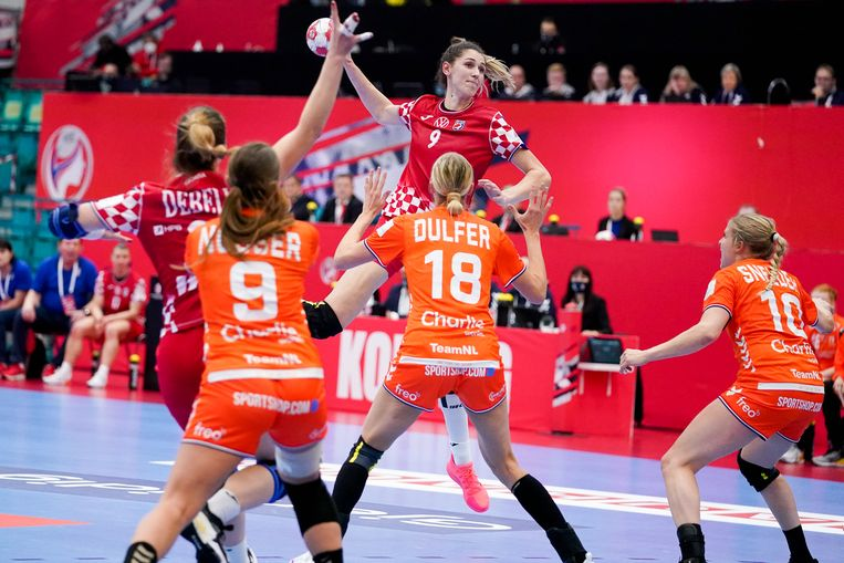 De Nederlandse verdedigers zien hoe Camila Micijevic van Kroatië op het doel kan schieten. Beeld BSR Agency