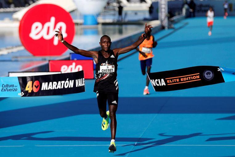 Keniaanse renner Evans Chebet rent over de finish.  Beeld EPA