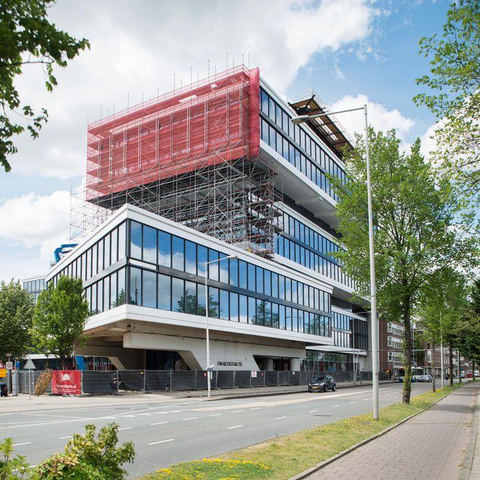 De bouw in 2017 van kantoorkolos Rivierstaete in Amsterdam- Zuid. Een werknemer van een Valkenswaards bedrijf viel er van een ladder en overleed.