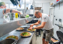 Het is lastig om keukenpersoneel te vinden, dus is het aanpoten geblazen deze zomer.