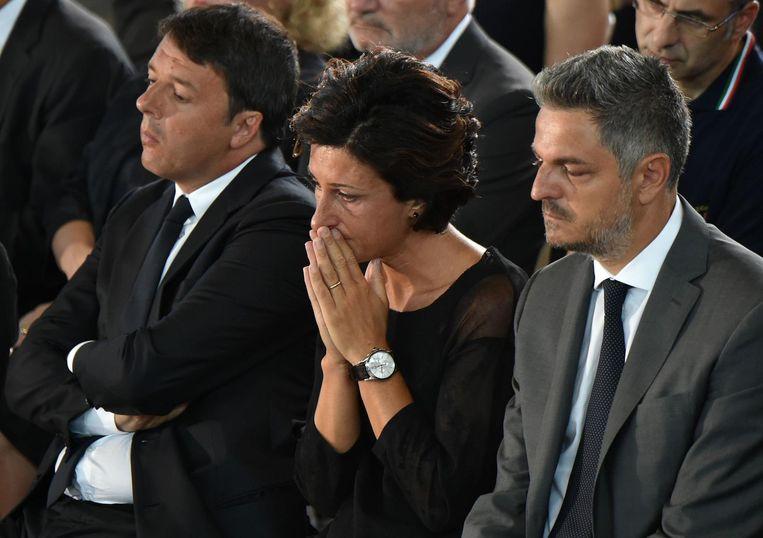 Premier Matteo Renzi (l) en zijn vrouw Agnese (m) tijdens de herdenking van de slachtoffers. Beeld afp
