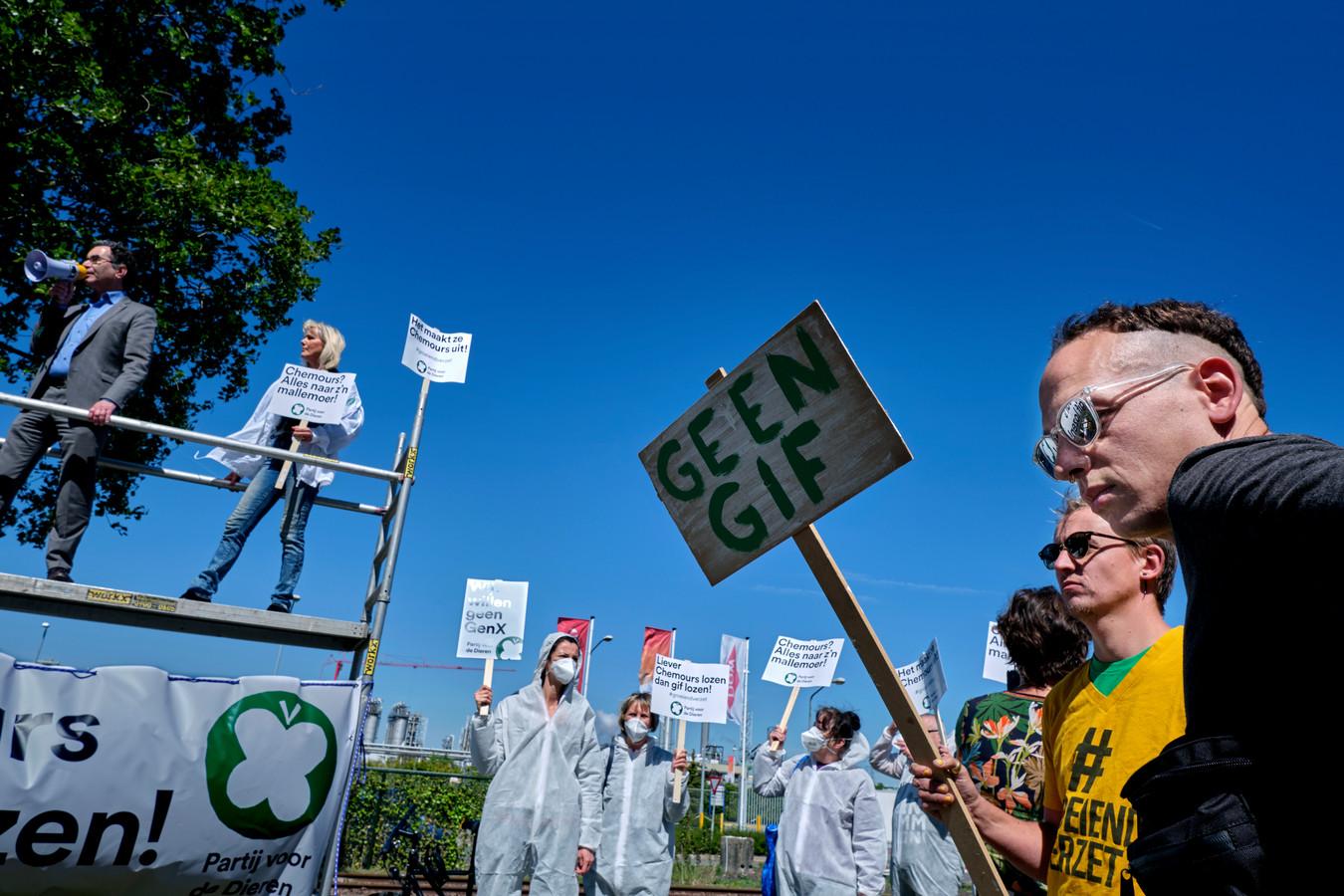 Zo'n vijftig activisten verzamelden zich gisteren aan de poort van het Dordtse chemiebedrijf.