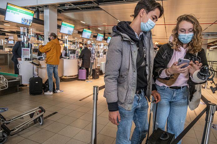 Vanaf Schiphol vertrokken 189 vakantiegangers naar Rhodos voor een testvakantie. Doel is om te kijken of een testprotocol het mogelijk maakt om ondanks de coronapandemie te reizen.