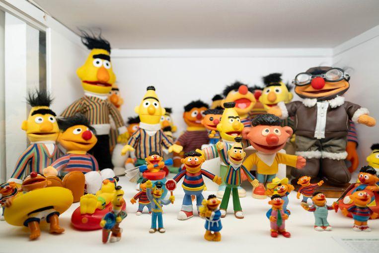 Een deel van de collectie. 'Het liefst van al zie ik originele vintage spullen. Vergeleken met het speelgoed van vandaag zijn de poppen en de verpakkingen vaak veel mooier', zegt verzamelaar Koen Van der Veken.  Beeld David Legreve