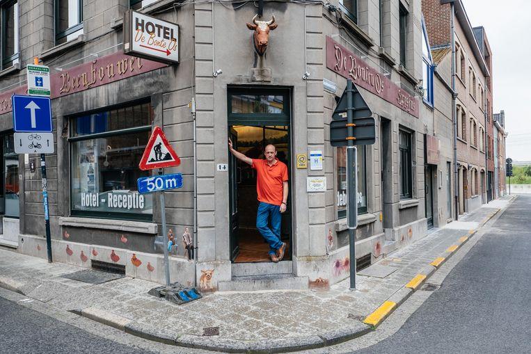 Ignace Defever baat het hotel De Bonte Os uit: 'Je merkt dat de zaken bewegen.'   Beeld Wouter Van Vooren