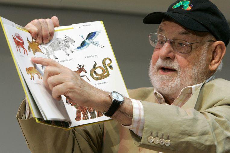 De Amerikaanse illustrator Eric Carle, hier met zijn Beertje Bruin, wat zie je daar? Beeld AP