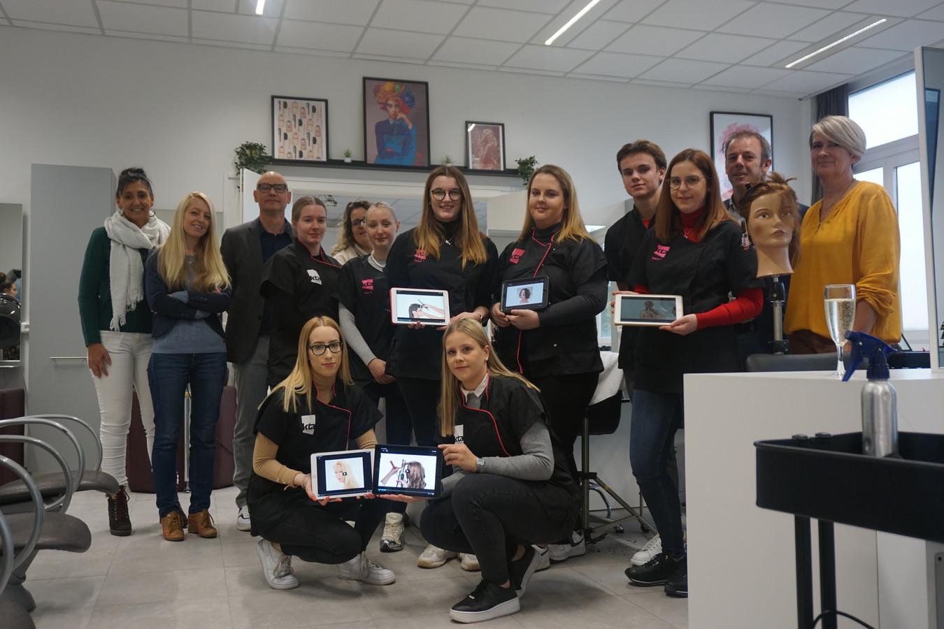 De kappers van het KTA zitten in een nieuw salon én werken met de iPad.