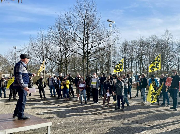 De Nationale Beweging kwam zondagmiddag samen om te betogen in Schoten. Woordvoerder Edouard 'Eddy' Hermy spreekt de zeventig demonstranten toe