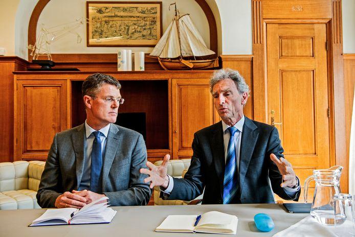 Informateurs Pieter Duisenberg (links) en Paul Rosenmöller tijdens de persconferentie in het stadhuis.