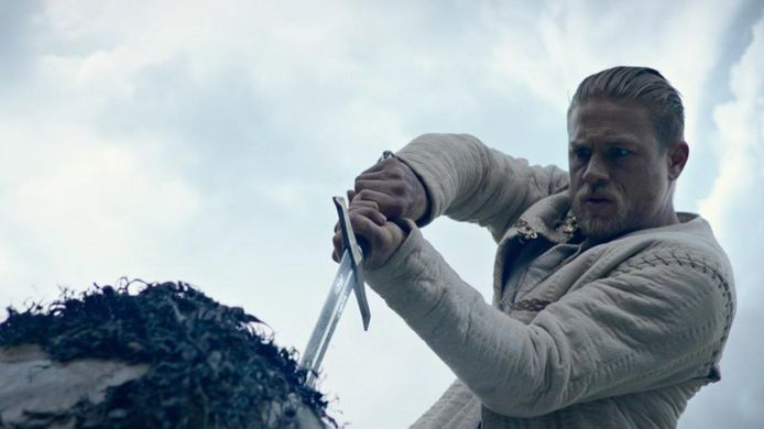 Charlie Hunnam in 'King Arthur: Legend of the Sword'. Die big budget-film van Guy Ritchie flopte genadeloos.