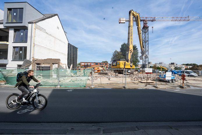 In de Kapellestraat wordt volop gewerkt aan de bouw van nieuwe appartementen.