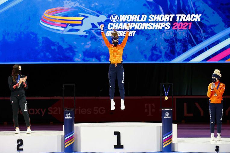 Kampioen Suzanne Schulting (NED) temidden van Courtney Sarault (tweede, Canada) en de Nederlandse Xandra Velzeboer bij de huldiging voor de 1500 meter tijdens de wereldkampioenschappen shorttrack in de ijshal van Sportboulevard Dordrecht.  Beeld ANP