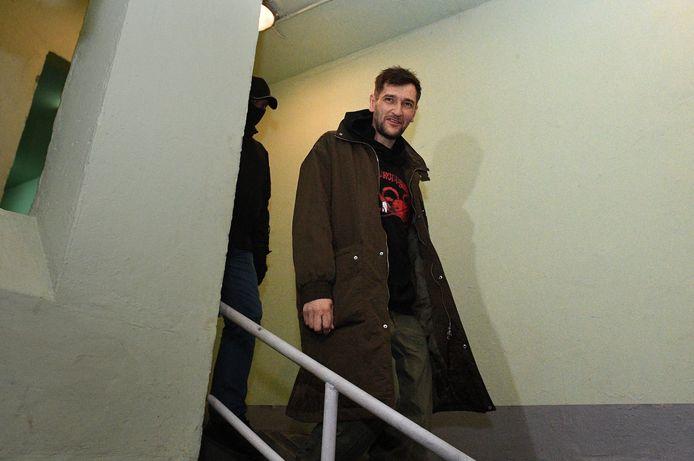 De broer van Alexei, Oleg Navalny, geëscorteerd door agenten.