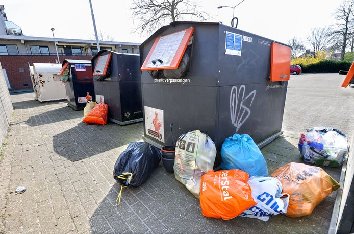 Overvolle afvalcontainers in Eindhoven tijdens de lockdown in maart
