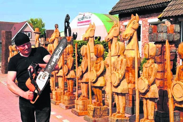 Peter de Koning maakt met kettingzaag van allerlei kunstwerken uit hout. Zijn het geen houten piemels dan komen er wel levensgrote schaakstukken uit te voorschijn.foto Jan van Zuilen