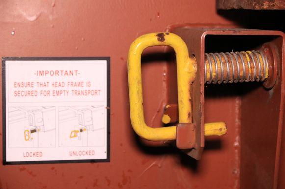 De opklapbare containers zijn normaal gezien beveiligd met een slot maar dit is vermoedelijk open gesprongen toen de vrachtwagen in een put reed.