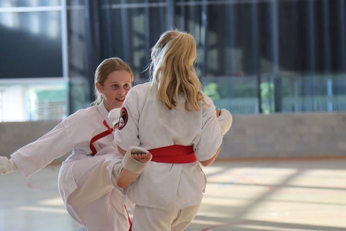 De karateka's van de Stabroekse club 'Ookami Dojo' zijn blij dat ze weer allemaal binnen mogen trainen