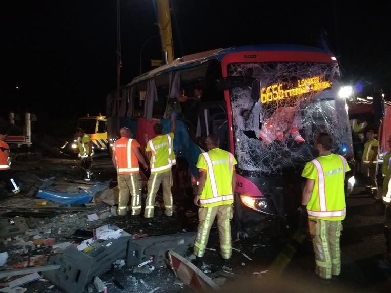 De ravage is enorm. In de bus zaten Britse, Ierse en Nederlandse reizigers. Twee mensen raakten zwaargewond. Ook vielen er een aantal lichtgewonden. Beeld Jeffrey Dujardin
