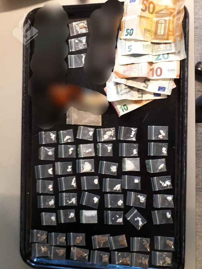 De dealer had verschillende soorten drugs bij zich.