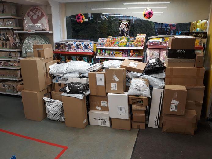Het ene na het andere DHL-punt stopt ermee. Een speelgoedzaak in Hardinxveld krijgt nu zoveel pakjes, dat één koerier per dag echt niet genoeg is. Het is niet vol te houden, waarschuwt de winkelier.