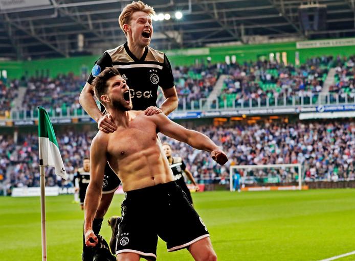 Klaas-Jan Huntelaar viert samen met Frenkie de Jong de 0-1.