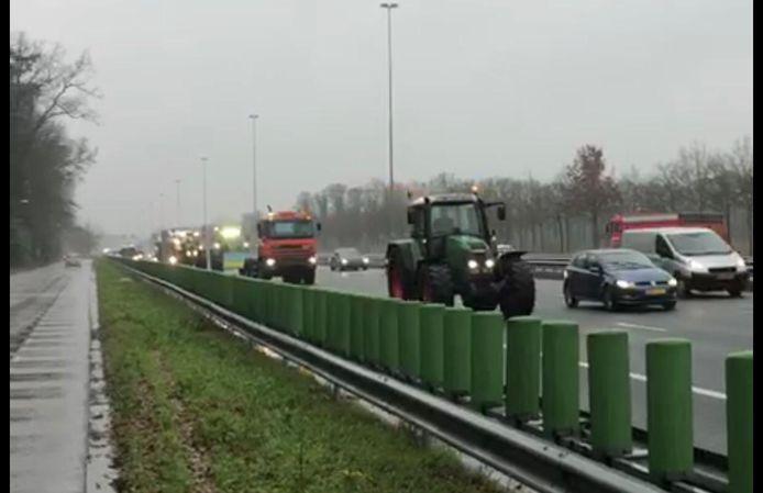 Boeren via A2 op weg naar Eindhoven Airport