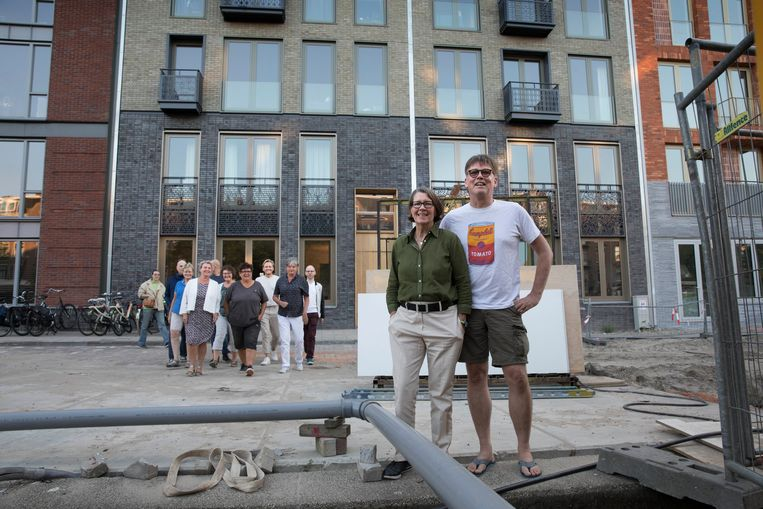 Josee Rothuizen en Chris van der Kroon voor het Amsterdamse appartementencomplex voor 'roze' ouderen. Beeld Werry Crone
