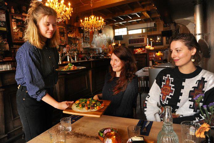 Julia van Dijck serveert het eten uit.
