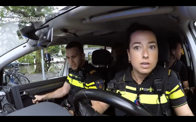 Jan en Lieke vol in de achtervolging van een scootertje van inbrekers.