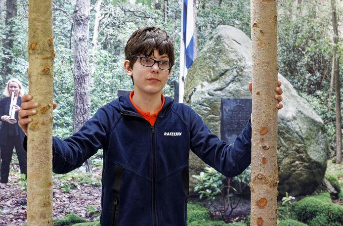 Luke Hinskens bij de expositie 'Gegijzeld maar niet verslagen' in Sint-Michielsgestel.